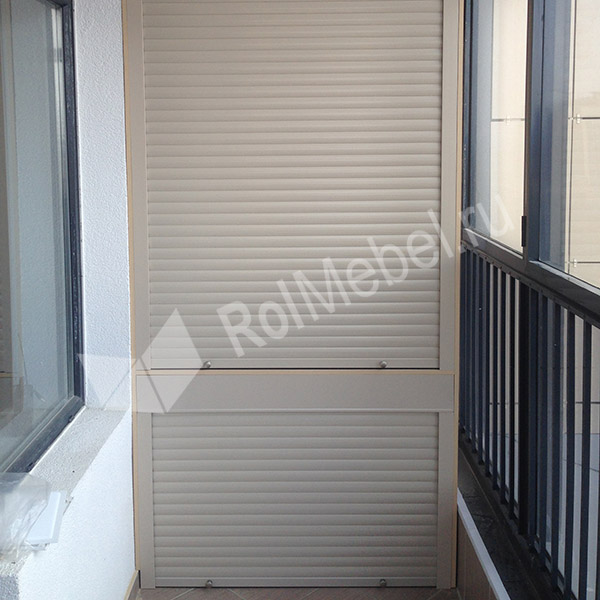Шкаф на балкон с рольставнями и стеллажами: дверцы и полочки.